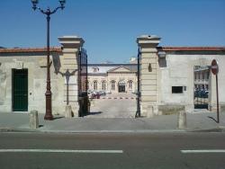 1200px-Cour_d'appel_de_Versailles_-_Entrée